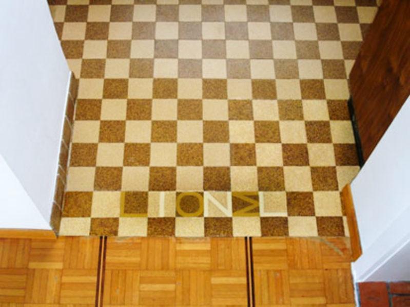 Imolet Schrift auf dem Küchenboden
